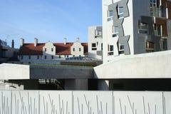 Il Parlamento scozzese osserva dietro e tetti coperti di tegoli Fotografia Stock Libera da Diritti