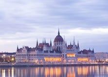 Il parliamtn ungherese all'alba iniziale. Fotografie Stock