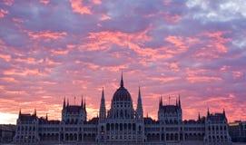 Il parliamtn ungherese all'alba iniziale. Immagine Stock