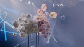 Il parralax medio ha sparato di bei fiori in decorazione di nozze su fondo hazed video d archivio