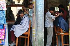 Il parrucchiere due ha tagliato i capelli sulla via Fotografie Stock Libere da Diritti