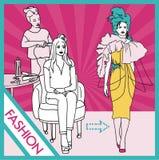 Il parrucchiere fa l'acconciatura del modello prima di andare al podio Uno stilista fa un'acconciatura ad una donna Immagine Stock