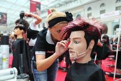 Il parrucchiere fa l'acconciatura per il manichino immagine stock libera da diritti