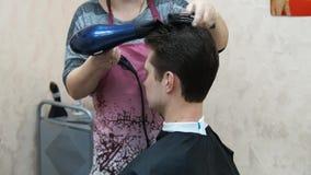 Il parrucchiere fa l'uomo dell'acconciatura Processo di Hairstyling stock footage