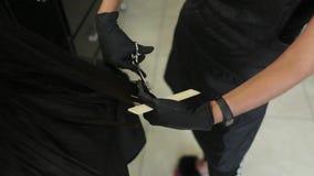 Il parrucchiere fa un'acconciatura per una donna Primo piano di taglio di capelli Forbici e pettine ai bei capelli dello stilista archivi video