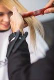 Il parrucchiere sta tagliando i capelli femminili Immagine Stock Libera da Diritti