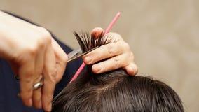 Il parrucchiere taglia i capelli Fotografie Stock Libere da Diritti