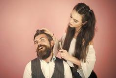 Il parrucchiere taglia i capelli del ` s del cliente immagini stock libere da diritti