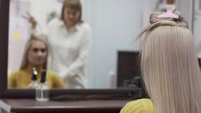 Il parrucchiere vago Woman Reflected In lo specchio fa la pettinatura archivi video