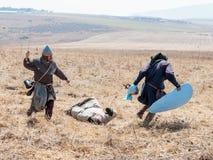 Il partecipante alla ricostruzione dei corni della battaglia di Hattin nel 1187 sta sul campo di battaglia e negozia vicino a Tib Immagine Stock