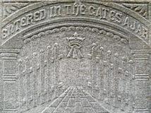 il particolare della lapide di diciannovesimo secolo gates il cielo Fotografie Stock