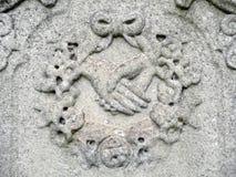 il particolare della pietra tombale di diciannovesimo secolo clasped le mani Fotografia Stock Libera da Diritti