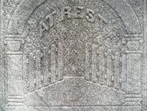 il particolare della pietra tombale di diciannovesimo secolo gates il cielo Fotografia Stock Libera da Diritti