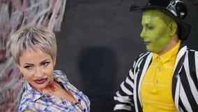 Il partito di Halloween, sessione di foto, giovani si è agghindato in costumi spaventosi, con un trucco orribile Stanno divertend stock footage