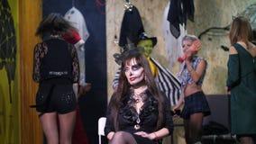 Il partito di Halloween, sessione di foto, giovani si è agghindato in costumi spaventosi ed ha fatto un trucco orribile stanno av stock footage