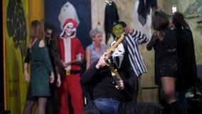 Il partito di Halloween, sessione di foto, giovani si è agghindato in costumi spaventosi ed ha fatto un trucco orribile stanno av video d archivio