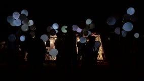 Il partito ha terminato Un gruppo di persone ha terminato i palloni di nuovo al cielo La festa era un successo ed estremità archivi video