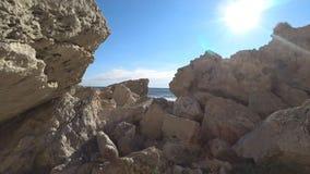 Il passaggio al mare attraverso le rocce video d archivio