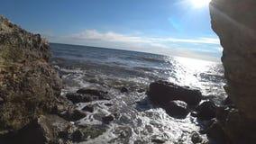 Il passaggio al mare attraverso le rocce stock footage