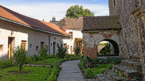 Il passaggio in Axente divide la chiesa in Frauendorf, Romania fotografia stock libera da diritti