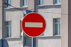 Il passaggio del segnale stradale dei veicoli è proibito contro la parete di costruzione in primo piano del giorno soleggiato fotografia stock libera da diritti