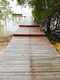 Il passaggio pedonale è fatto di legno C'è un'uscita al waterfron Fotografia Stock Libera da Diritti