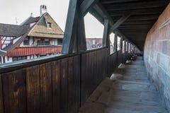 Il passaggio pedonale delle guardie con un tetto di legno accanto al castello di Nure immagine stock