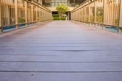 Il passaggio pedonale di legno attraversa la piscina fuori della località di soggiorno Fotografia Stock Libera da Diritti