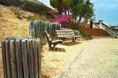 Il passaggio pedonale ed i banchi di legno sotto gli alberi nella città parcheggiano il del Castell di Parc al giorno di estate P immagini stock libere da diritti