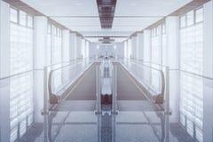 Il passaggio pedonale moderno della scala mobile si muove in avanti e movimento della scala mobile indietro in aeroporto internaz Immagini Stock Libere da Diritti