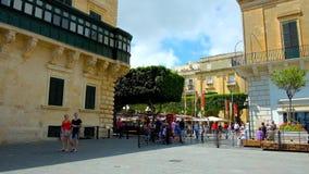 Il passaggio stretto fra la st George Square e la Repubblica quadra a La Valletta, Malta video d archivio