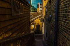 Il passaggio stretto in mezzo alla città immagini stock libere da diritti