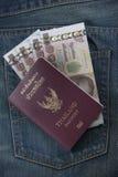 Il passaporto della Tailandia ed i soldi tailandesi in jeans intascano Fotografie Stock Libere da Diritti