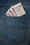 Il passaporto della Tailandia ed i soldi tailandesi in jeans intascano Fotografia Stock Libera da Diritti