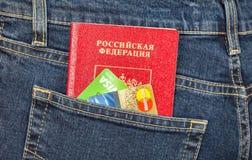Il passaporto e le carte di credito russi in jeans posteriori intascano Fotografie Stock
