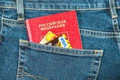 Il passaporto e le carte di credito russi in jeans posteriori intascano Viaggio c Immagini Stock
