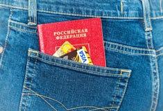 Il passaporto e le carte di credito russi in jeans posteriori intascano Viaggio c Fotografia Stock Libera da Diritti