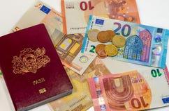 Il passaporto e soldi aspettano per viaggiare dovunque Fotografie Stock