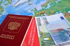 Il passaporto internazionale russo, l'euro e la polizza d'assicurazione internazionale si trovano su una mappa Immagini Stock Libere da Diritti