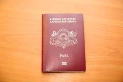 Il passaporto lettone del cittadino Fotografie Stock Libere da Diritti