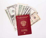 Il passaporto russo si trova su un mucchio delle note (dollari) Immagine Stock Libera da Diritti
