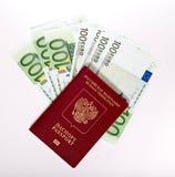 Il passaporto russo si trova su un mucchio delle note (euro) Fotografia Stock Libera da Diritti