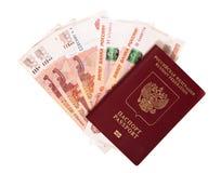 Il passaporto russo si trova su un mucchio delle note (rubli) Fotografia Stock Libera da Diritti