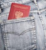 Il passaporto russo in una tasca posteriore dei jeans Fotografie Stock