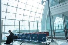 Il passeggero attende il volo fotografie stock