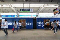 Il passeggero esce e dentro dal treno di alianti di BTS Fotografie Stock Libere da Diritti