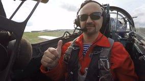 Il passeggero fa il segnale giusto nella cabina di pilotaggio di un jet archivi video