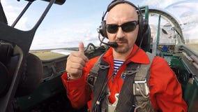 Il passeggero fa il segnale giusto nella cabina di pilotaggio di un jet stock footage