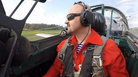 Il passeggero fa il segnale giusto nella cabina di pilotaggio di un jet video d archivio