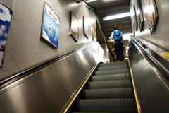 Il passeggero prende la scala mobile per muoversi verso upstair nella stazione di MTR Fotografia Stock Libera da Diritti
